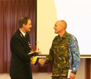 Majoor Herman Rump ontvangt de René Olthuis scriptieprijs